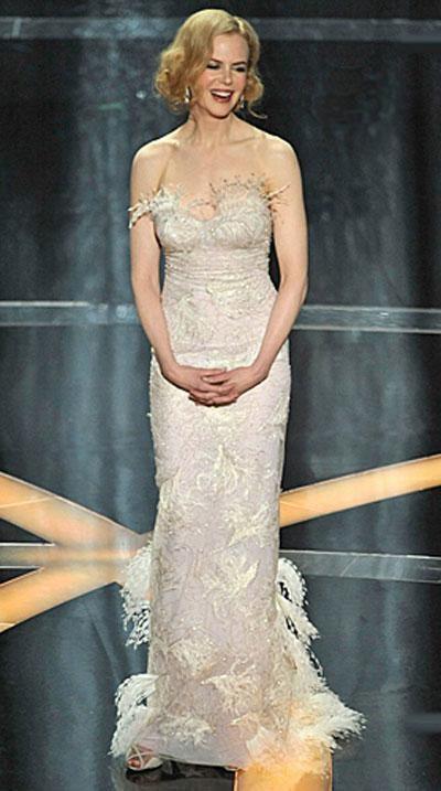 Звезда «Австралии» Николь Кидман в платье L'Wren Scott, украшениях от Edith Webber Antiques.